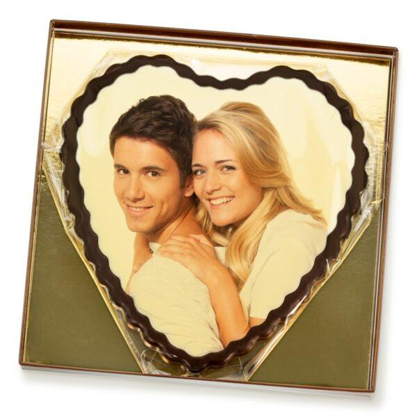 großes Schokoladenherz zum Valentinstag in der Geschenkverpackung